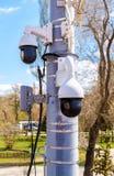 Macchine fotografiche del CCTV di sorveglianza montate sulla posta fotografia stock