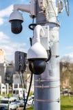 Macchine fotografiche del CCTV di sorveglianza montate sulla posta immagine stock libera da diritti