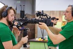 Macchine fotografiche di corrispondenza sull'insieme Dietro le scene della fucilazione di film o del gruppo video delle troupe ci immagine stock