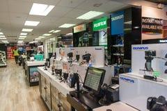 Macchine fotografiche digitali visualizzate al negozio Fotografie Stock Libere da Diritti