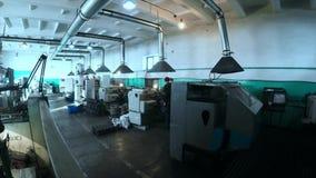 Macchine funzionanti del vario metallo nel negozio degli impianti stock footage