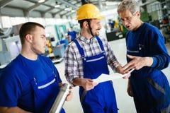 Macchine utensili del metallo di CNC automatizzate uso di Teaching Apprentices To dell'ingegnere fotografie stock