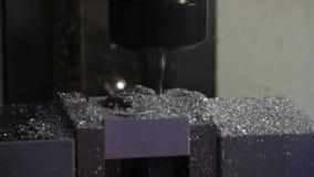 Macchine utensili di CNC nel lavoro - lavorare industriale del metallo stock footage