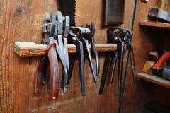 Macchine in vecchia falegnameria immagini stock