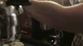 Macchinetta del caffè che prepara la schiuma calda del latte archivi video