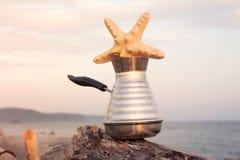 Macchinetta del caffè con caffè e le stelle marine di recente preparati fotografia stock