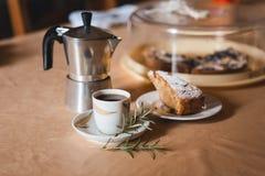 Macchinetta del caffè del geyser con il dessert fotografie stock libere da diritti