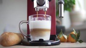 Macchinetta del caffè rossa che prepara cappuccino aromatico a casa stock footage