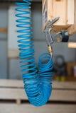 Macchinetta a mandata d'aria pneumatica compressa blu con la pistola Fotografia Stock