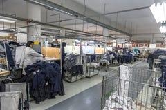Macchinista di produzione della fabbrica del tessuto che lavora nella linea Immagine Stock