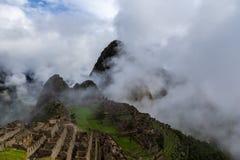 Macchu Picchu antes do nascer do sol coberto em nuvens de aumentação imagens de stock