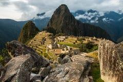 Macchu Picchu a través de las rocas Imágenes de archivo libres de regalías