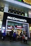 MacDonald en el enchufe de la noche en Dalian Foto de archivo