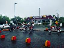MacDonald& x27; s Islamabad na chuva Foto de Stock Royalty Free