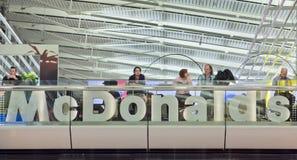 MacDonald ujście przy Schiphol lotniskiem, holandie Zdjęcia Stock