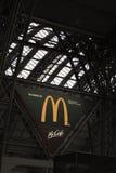 Macdonald-Zeichen an der Bahnstation in Frankfurt, Deutschland Lizenzfreie Stockfotos