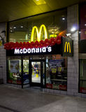 Macdonalds-Speicher nachts Stockfoto