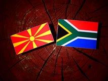 Macedońska flaga z południe - afrykanin flaga na drzewnym fiszorku odizolowywającym Zdjęcie Royalty Free