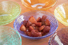 Macedoine de fraises dans des cuvettes colorées Image stock