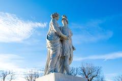 Macedon和他的母亲奥林匹亚雕象的亚历山大 免版税库存图片