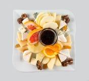 Macedonia con i dadi, l'uva passa ed il formaggio Immagine Stock Libera da Diritti