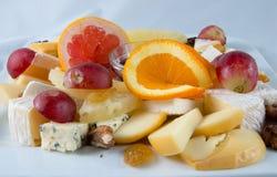 Macedonia con i dadi, l'uva passa ed il formaggio Fotografie Stock Libere da Diritti