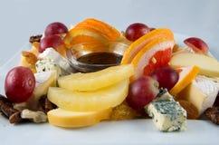 Macedonia con i dadi, l'uva passa ed il formaggio Immagini Stock Libere da Diritti