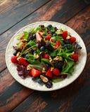 Macedonia fresca con il mirtillo, il lampone della fragola, le noci e le verdure verdi Alimento sano di estate immagini stock