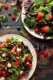 Macedonia fresca con il mirtillo, il lampone della fragola, le noci, il feta e le verdure verdi Alimento sano di estate immagini stock libere da diritti
