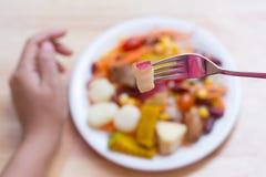 Macedonia fresca nel piatto sulla tavola di legno Fotografia Stock