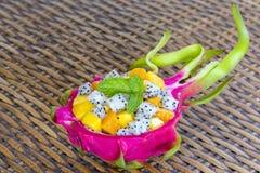 Macedonia tropicale fresca nella pelle della frutta del drago - prima colazione sana, concetto di perdita di peso thailand immagine stock