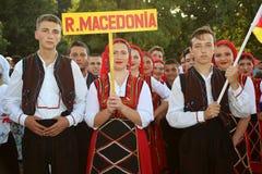 Macedonian grupp av dansare i traditionella dräkter Arkivbild