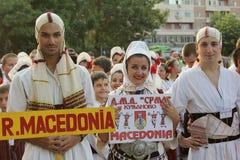 Macedonian grupp av dansare i traditionella dräkter på den internationella folklorefestivalen för barn och guld- fisk för ungdom Fotografering för Bildbyråer