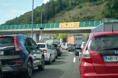 Macelj, Gruskovje - limite Eslovênia e Croácia, carros, ônibus e caminhões esperando nas linhas para cruzar no meio a beira imagens de stock royalty free