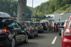 Macelj, Gruskovje - limite Eslovênia e Croácia, carros, ônibus e caminhões esperando nas linhas para cruzar no meio a beira foto de stock