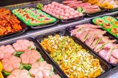 Macellaio, dipartimento della carne Parecchi prodotti hanno visualizzato in una vetrina fotografia stock