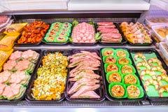 Macellaio, dipartimento della carne Parecchi prodotti hanno visualizzato in una vetrina fotografie stock libere da diritti