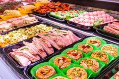 Macellaio, dipartimento della carne Parecchi prodotti hanno visualizzato in una vetrina immagini stock