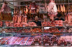 Macellaio Shop nel mercato di Boqueria Fotografie Stock