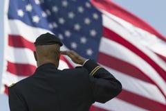 Maceri Milton S Aringa che saluta U S bandiera, evento commemorativo annuale del cimitero nazionale di Los Angeles, il 26 maggio  immagine stock