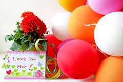 Maceta con globos y una tarjeta fotos de archivo