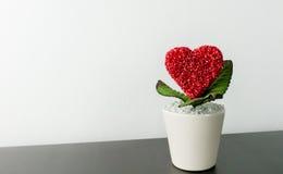 Maceta del corazón de las tarjetas del día de San Valentín en el escritorio negro Foto de archivo libre de regalías