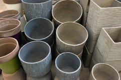 Macetas de cerámica en la tienda del jardín Foto de archivo libre de regalías