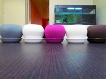Macetas multicoloras, forma redonda en la tabla foto de archivo libre de regalías