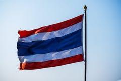 Machać Tajlandzką flaga Tajlandia z niebieskim niebem Zdjęcia Royalty Free