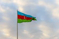 Machać w wiatrowej flaga Azerbejdżan na tła chmurnym niebie obrazy royalty free