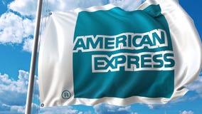 Machać flaga z American Express logem przeciw niebu i chmurom Redakcyjny 3D rendering Zdjęcie Royalty Free