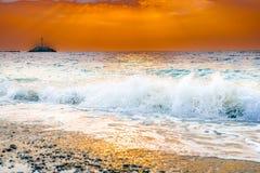Macha który psuł się Greckiego wybrzeże gdy słońce pójść puszek zdjęcie stock