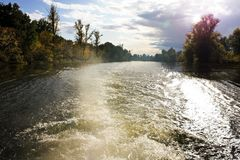 Macha od statku na rzece w jesień czasie Jesień lasu wody odbicia widok w rzecznym Volga Jesieni natury landscap fotografia royalty free