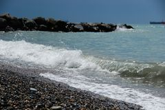 Macha przy skalistym brzeg morze zdjęcia royalty free